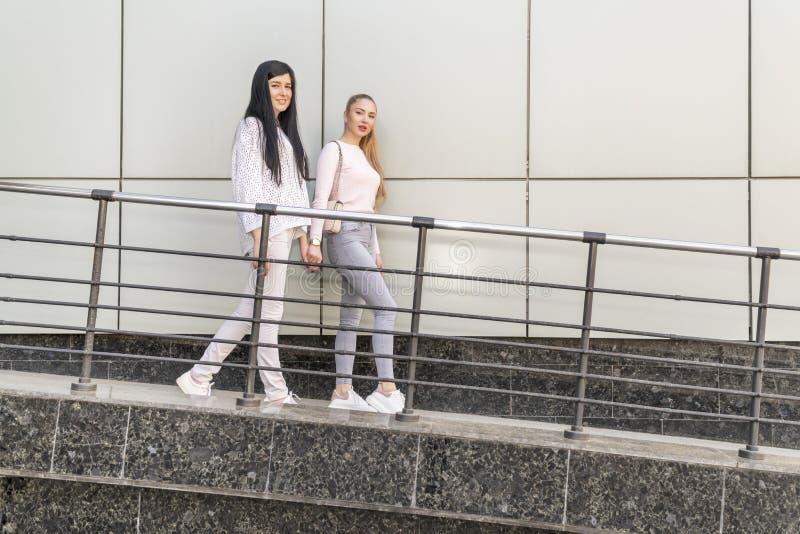 Les femmes marchent par le mur photographie stock