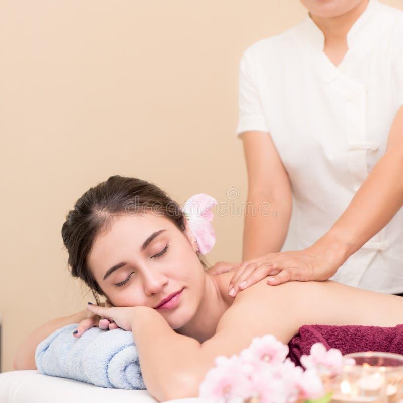 Les femmes obtient le massage arrière par le thérapeute de station thermale images stock