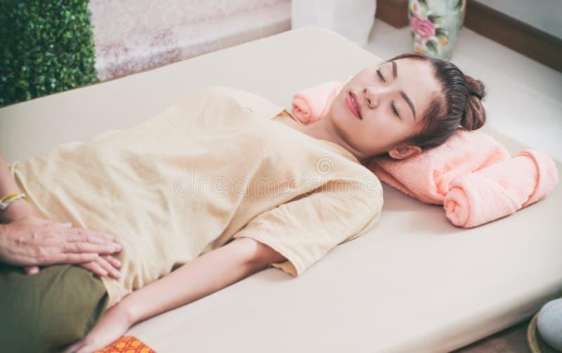 Les femmes obtient le massage thaïlandais dans la station thermale image stock