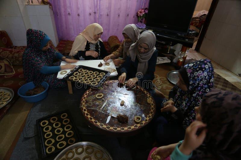 Les femmes palestiniennes pr?parent les biscuits traditionnels en avant des festivit?s d'Eid al-Fitr images libres de droits