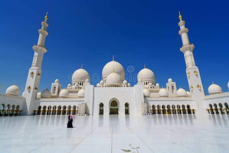 Les femmes portant l'abaya vêtx chez Sheikh Zayed Mosque Abu Dhabi, EAU photos stock