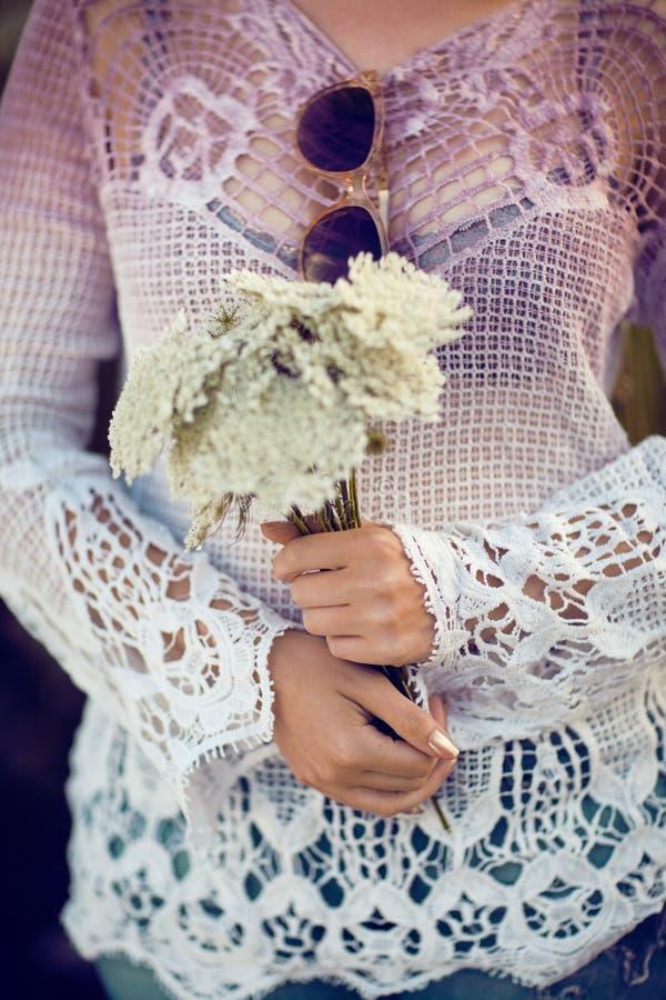 Les femmes remet tenir des fleurs dehors, convoitise pendant la vie, summerly image libre de droits