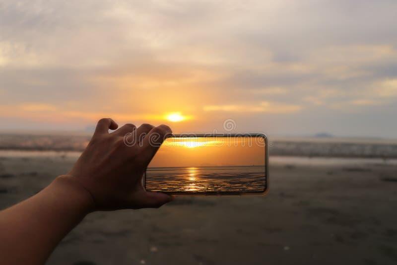 Les femmes remettent tenir le téléphone portable prennent la photo photographie stock libre de droits