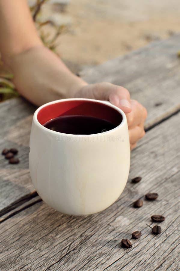 Les femmes remettent tenir une tasse de café photos libres de droits