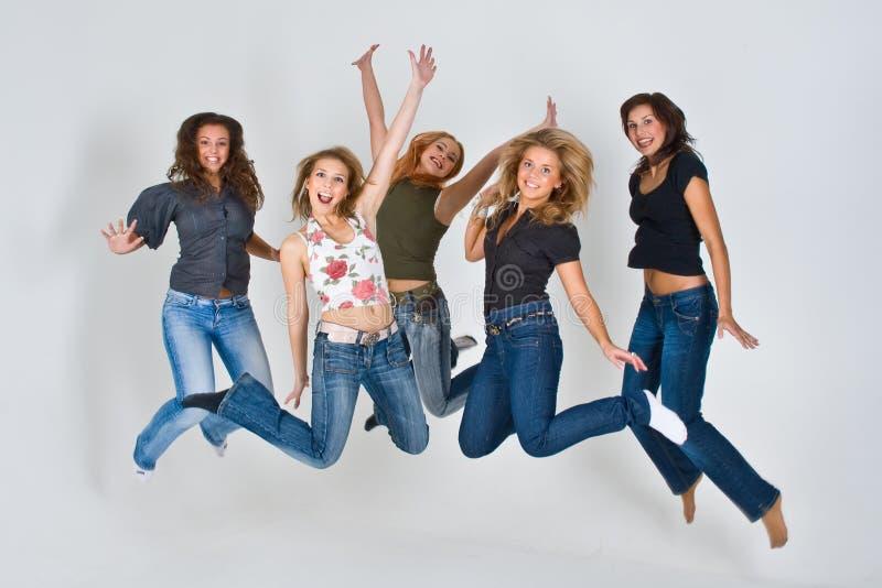Les femmes sautant en air photos libres de droits