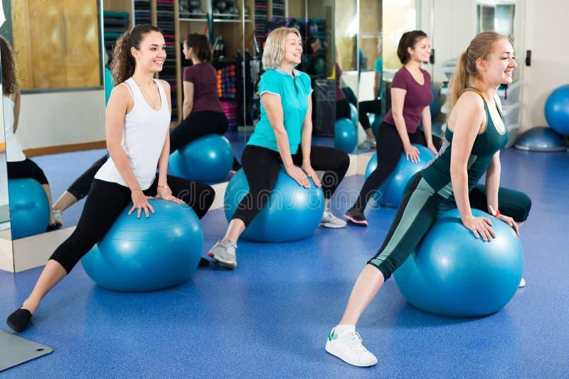 Les femmes sautant sur la boule d'exercice image libre de droits
