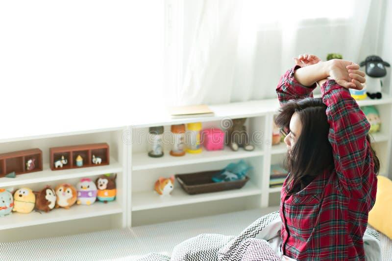 Les femmes se réveillent tard pendant le matin photos stock