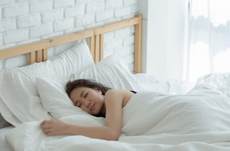 Les femmes se reposent sur le divan image stock