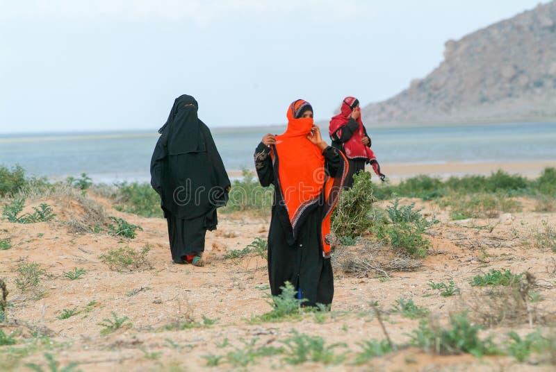 Les femmes se sont habillées dans le burqa sur la campagne de l'île de Socotra image libre de droits