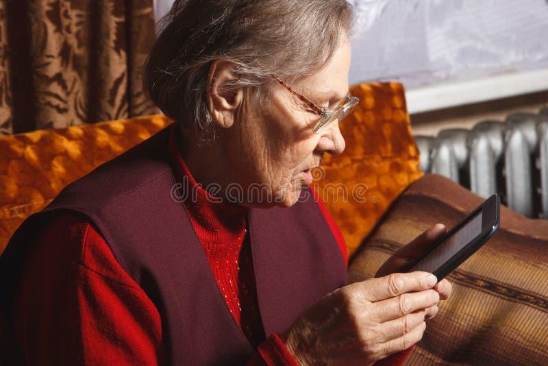 Les femmes supérieures ont lu l'eBook photographie stock
