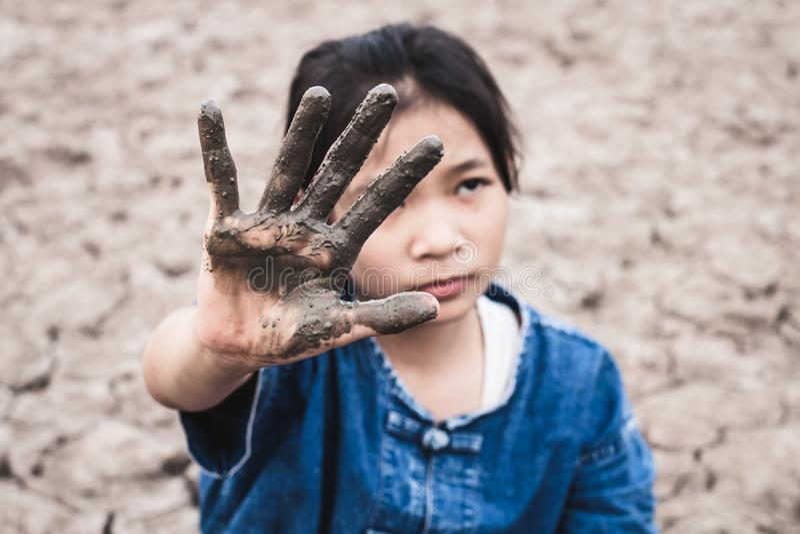 Les femmes sur le sol aride ont par temps chaud manqué de l'eau potable  photo libre de droits