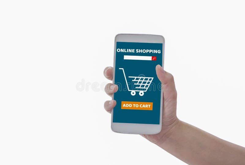 Les femmes tenant le smartphone dans des mains avec ajoutent pour transporter en charrette le produit pour acheter le fond blanc  photo libre de droits