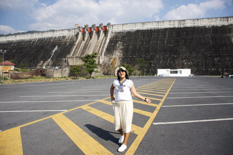Les femmes thaïlandaises asiatiques voyagent posant et jouant chez Khun Dan Prakan Chon Dam dans Nakhon Nayok, Thaïlande images stock