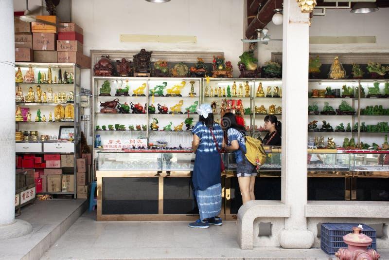 Les femmes thaïlandaises choisissent et achètent l'amulette et le jade saints boutique de souvenirs accessoire de talismans de fo photos libres de droits