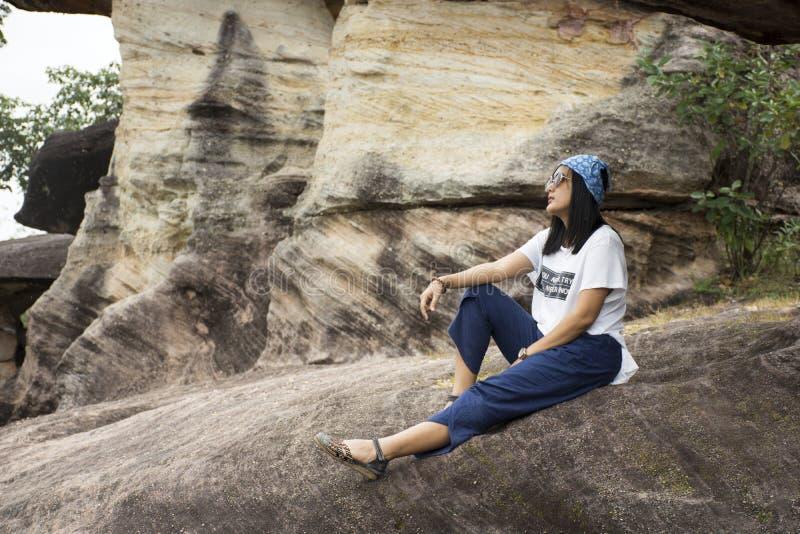 Les femmes thaïlandaises de voyageurs asiatiques voyagent et posant au sao Chaliang en parc national de Pha Taem photos libres de droits