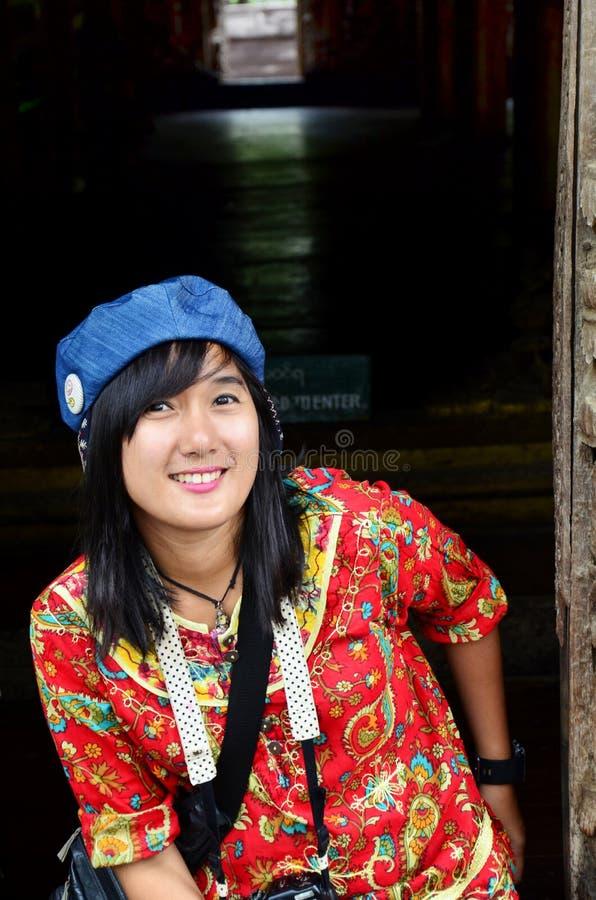 Les femmes thaïlandaises voyagent et portrait au monastère de Shwenandaw photo libre de droits