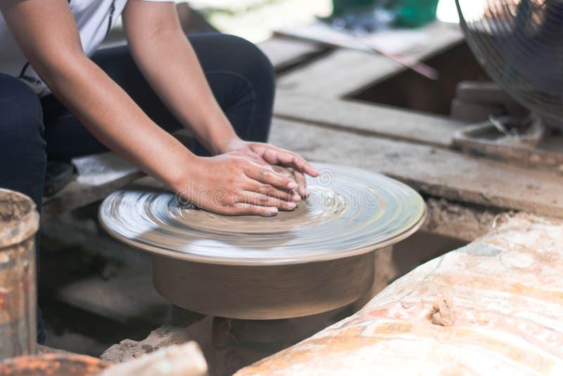 Les femmes tha?landaises employant la pratique en mati?re de poterie de m?canicien sculptent la poterie de terre photo libre de droits