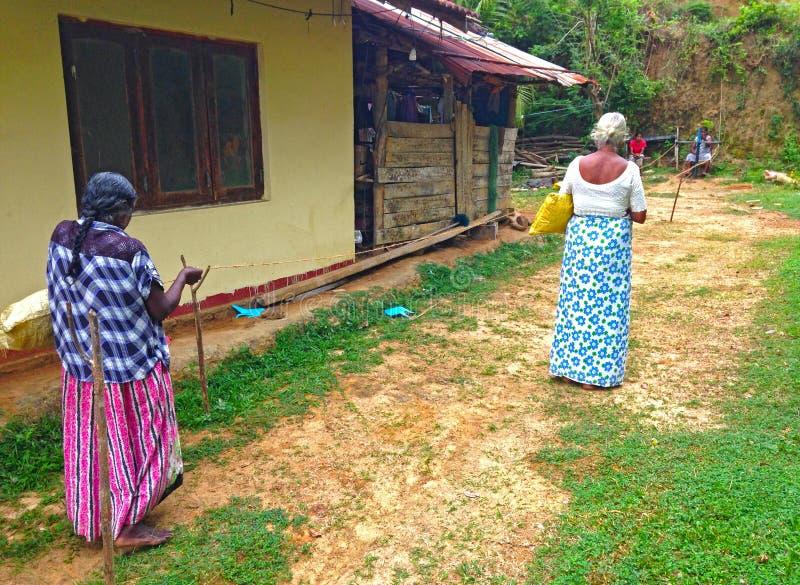 Les femmes tissent la corde du coprah de noix de coco image stock