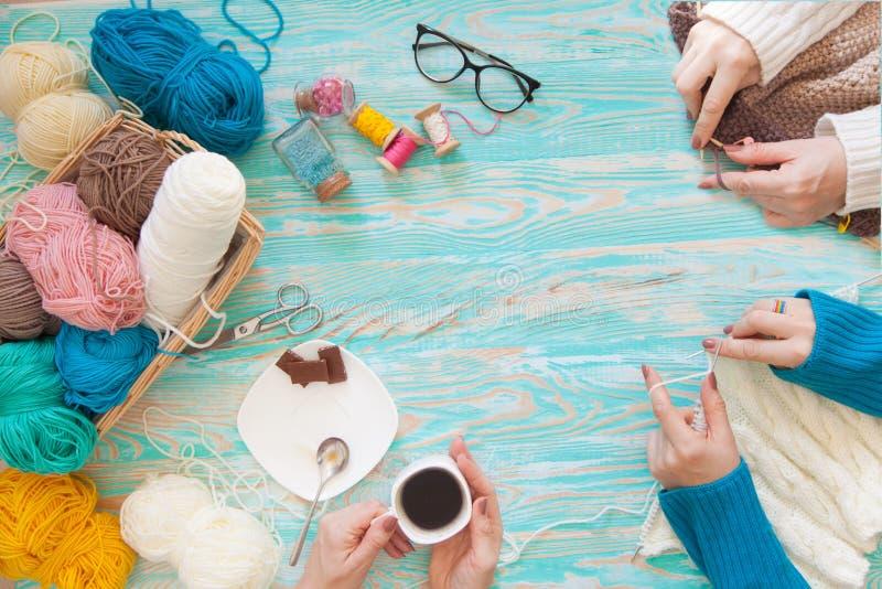 Les femmes tricote un blanc et un tissu tricoté par broun de fil de laine images stock