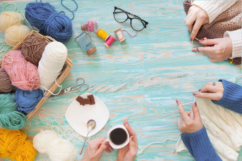 Les femmes tricote un blanc et un tissu tricoté par broun de fil de laine image stock