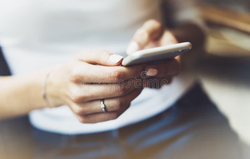 Les femmes utilisant le smartphone, directeur de hippie tenant l'instrument mobile, sms de message textuel de fille, relient le c images stock