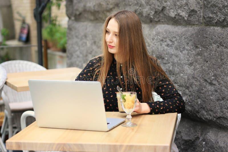 Les femmes utilise la chemise noire dans le café image libre de droits