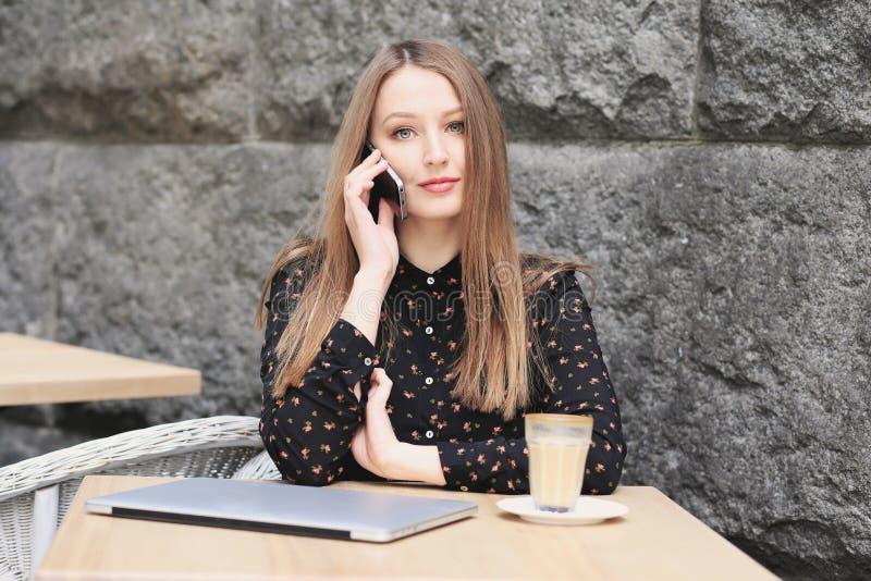 Les femmes utilise la chemise noire dans le café photographie stock libre de droits