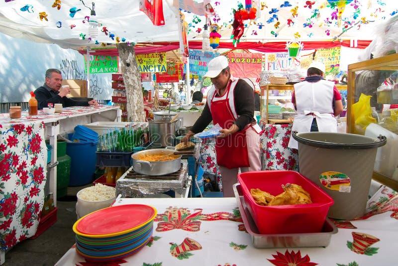 Les femmes vendent la nourriture traditionnelle à un marché en plein air au voisinage de Coyoacan image stock