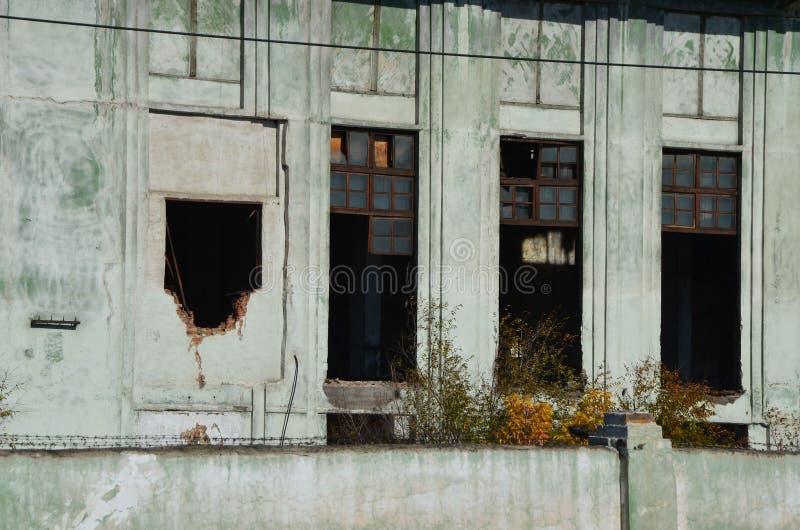 Les fenêtres abandonnées d'une fonderie ont bourdonné photo libre de droits