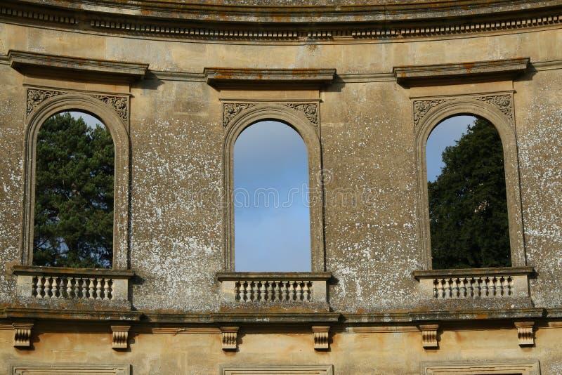 Les fenêtres décoratives ruinées de dôme, ravissent le parc photographie stock
