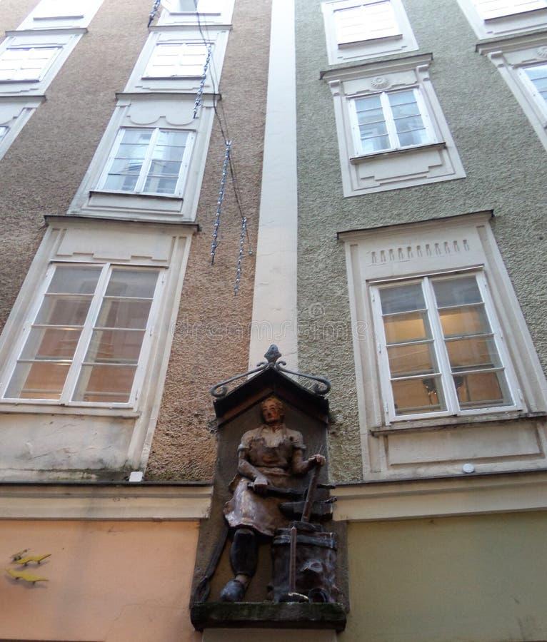 Les fenêtres de la maison Élément décoratif sur le mur du bâtiment photos libres de droits