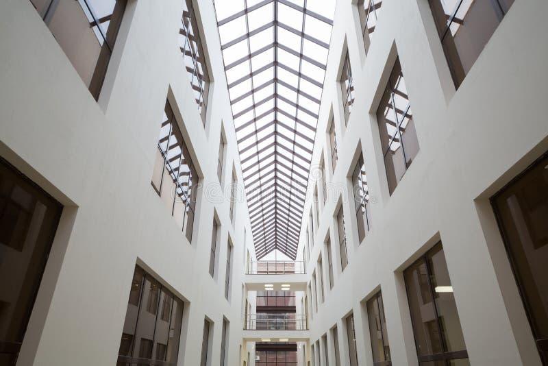 Les fenêtres des bureaux au beau centre moderne Smirnovsky d'affaires images libres de droits