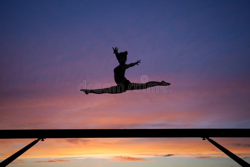 Les fentes sautent sur le faisceau d'équilibre dans le coucher du soleil photographie stock libre de droits