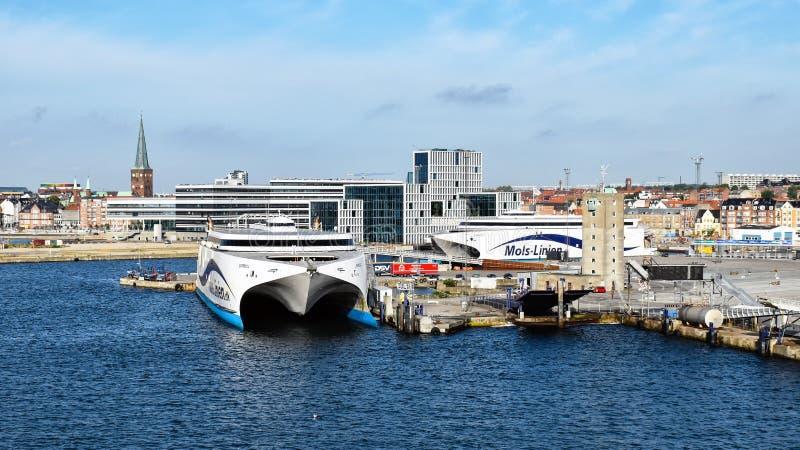 Les ferries ultra-rapides EXPRIMENT 1 und EXPRIMENT 2 de la compagnie maritime que Molslinjen sont amarrés dans le port d'Aarhus  photographie stock libre de droits