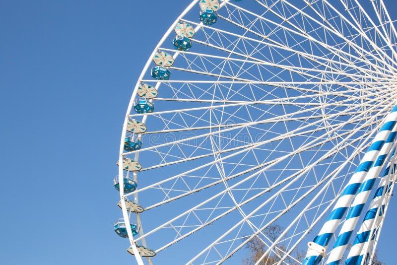 Les ferris de fêtes foraines roulent le parc d'attractions avec le ciel bleu photo stock