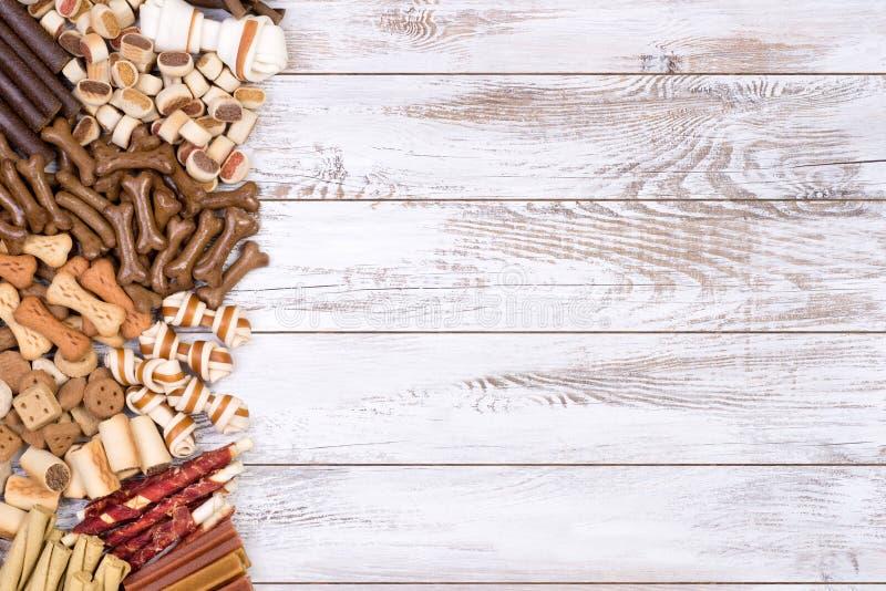 Les festins de chien, égrugent et l'autre nourriture photographie stock