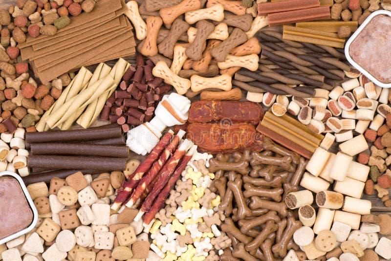 Les festins de chien, égrugent et l'autre nourriture, vue supérieure photo stock