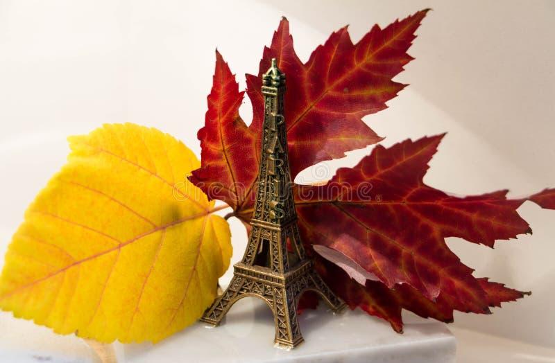 Les feuilles d'automne d'annd de Tour Eiffel images libres de droits