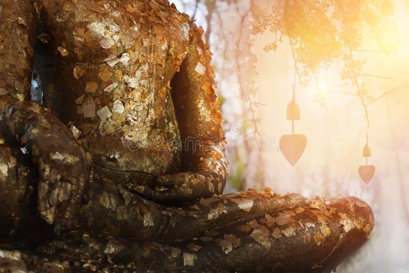 Les feuilles de feuille d'or jointes à la méditation de Bouddha et vident le bon espace pour le texte photographie stock libre de droits