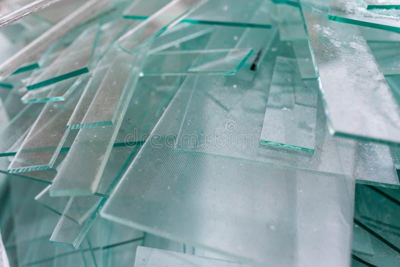 Les feuilles de rebut en verre se ferment dans des conteneurs, attendant le transport de nouveau à l'usine photographie stock libre de droits