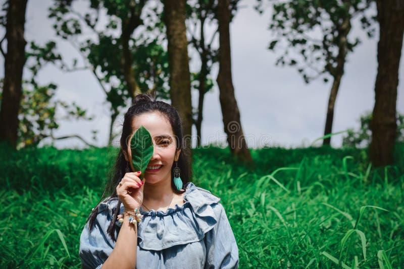 Les feuilles observe Madame Environmental une protection et une écologie image stock