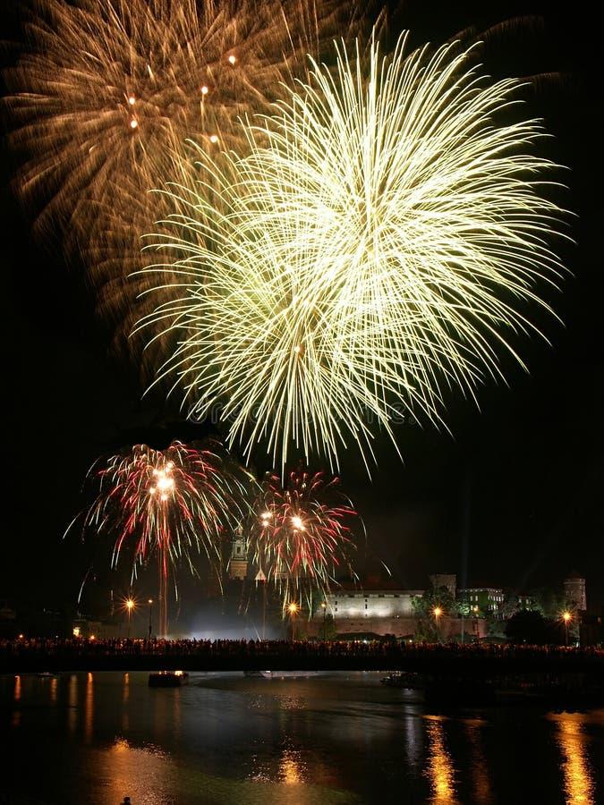 Les feux d'artifice au-dessus de Wawel se retranchent à Cracovie photos libres de droits