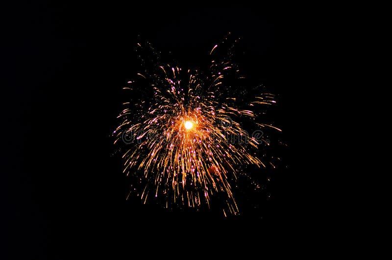 Les feux d'artifice de Diwali capturent le fond de noir d'agaisnt photos stock