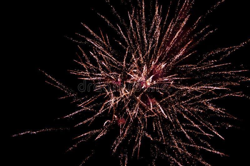 Les feux d'artifice enfoncent le ciel noir, salut photo stock