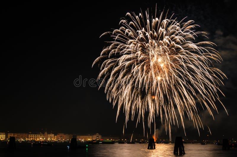 Les feux d'artifice montrent au-dessus de la lagune de Venise photographie stock libre de droits