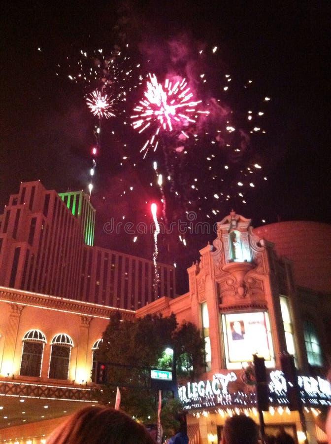 Les feux d'artifice montrent au-dessus du casino argenté de legs en Reno Nevada photo libre de droits