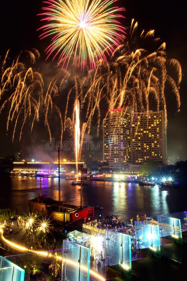 Les feux d'artifice montrent célèbrent dedans le jour de festival chez Chao Phraya River à la nuit, Bangkok, Thaïlande Beau de la photographie stock libre de droits
