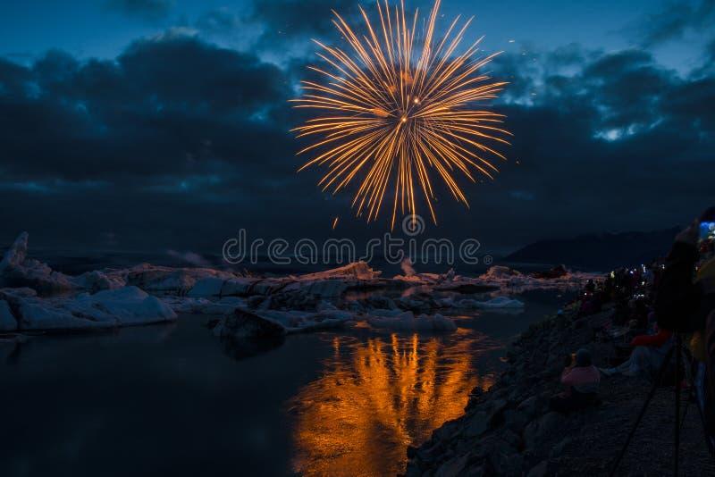 Les feux d'artifice montrent la lagune de glace de glacier de Jokulsarlon dans à l'Islande du sud photographie stock