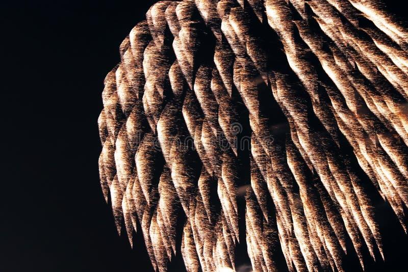 Les feux d'artifice se ferment la nuit photos stock