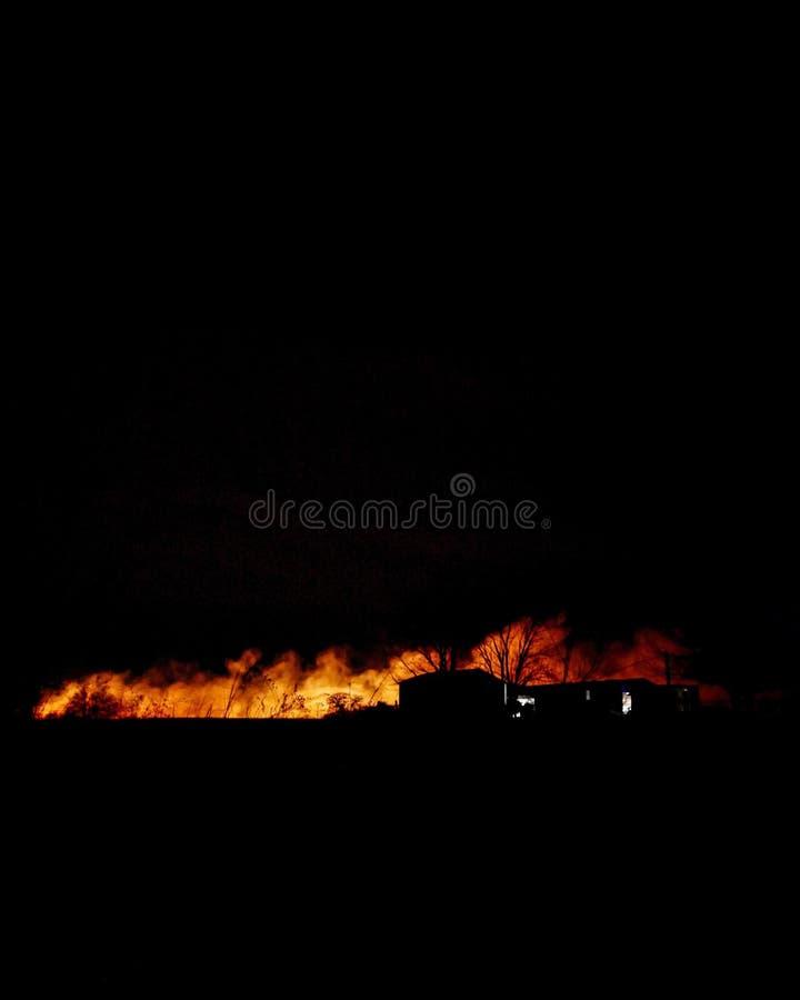 Les feux de forêt dans la distance photographie stock